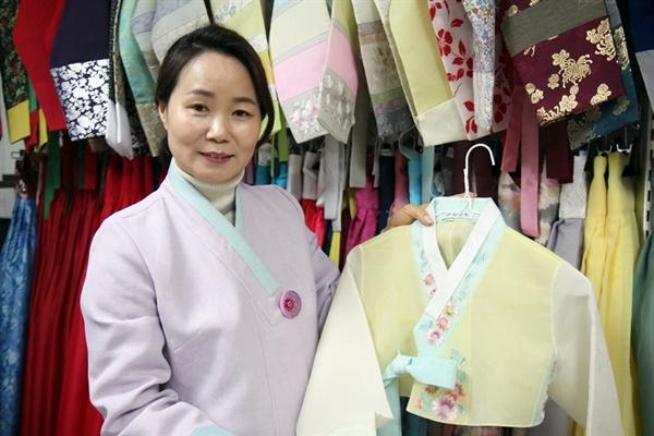 10일, 김영미 한복로드 대표와 한복 디자인과 사회적 문제에 대한 이야기를 나눴다