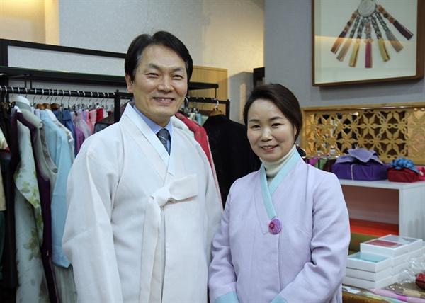 한복 시장의 사회적 문제를 해결하기 위해 소셜벤처를 창업한 길기태 실장(왼쪽), 김영미 대표(오른쪽)