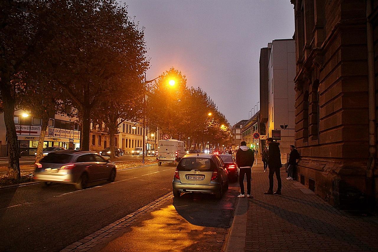 어둠이 깔린 스트라스부르 역앞 거리 모습