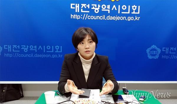무소속 김소연 대전시의원이 16일 오후 대전시의회에서 기자간담회를 열고 있다.