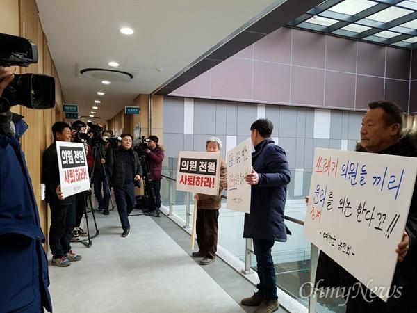 지난 15일 예천군의회 의원들이 모두 모여 해외연수 당시 물의를 빚은 의원들을 징계하기로 결정한 가운데 지역 주민들이 전원 사퇴를 요구하는 피켓을 들고 서 있는 모습.
