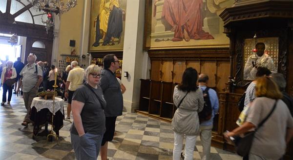 교회 내부 성 니콜라스 교회의 성화를 보기 위해 많은 여행자들이 몰린다