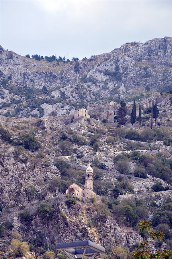 건강의 여신 교회 험산 위에 세워진 교회의 모습이 신비롭기만 하다