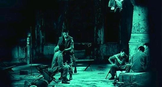 이 영화는 '공포'에 초점을 맞춰 다른 모든 것들을 수단화한다. 영화 <알 포인트>의 한 장면.