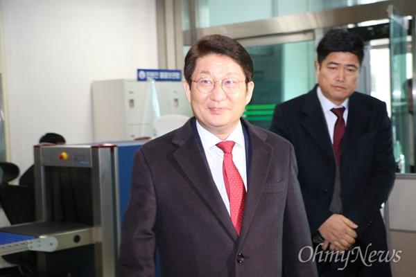 권영진 대구시장이 17일 오후 항소심 재판을 받기 위해 법정에 들어서고 있다.
