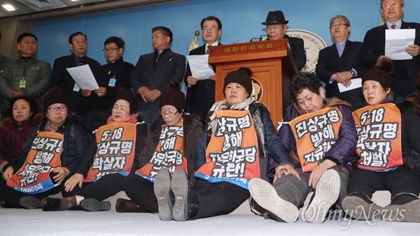 한국당 추천위원 거부 기자회견하는 5·18단체 5·18 민주유공자 3단체와 5·18기념재단 관계자들이 14일 오후 국회 정론관에서 자유한국당이 추천한 5·18진상조사위원에 대한 거부 입장을 밝히는 기자회견을 하고 있다.