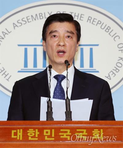현안 브리핑하는 이해식 대변인 이해식 더불어민주당 대변인이 17일 오후 국회 정론관에서 현안 브리핑을 하고 있다.