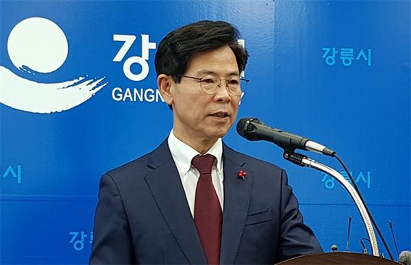 김한근 강릉시장이 17일 2019년 신년기자회견을 하고있다.