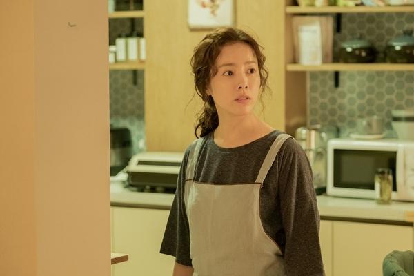 세상은 나 같은 엄마를 '경력단절 여성'라고 부르고 있었다. 내가 아무리 '육아도 경력'이라고 외친다 한들 그건 당사자의 안쓰러운 발악일 뿐이었다. 공공기관의 문서에도 버젓이 등장하는 그 이름, '경력단절 여성'. 줄이면 '경단녀'. (사진은 tvN 드라마 <아는 와이프> 스틸컷)