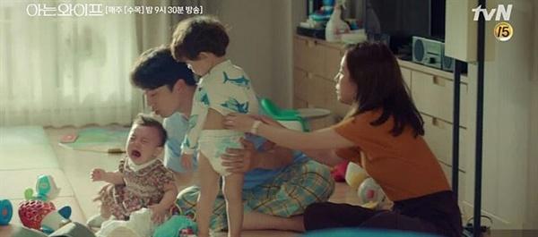 우리는 그 누구도 희생하지 않기 위해, 한숨 돌릴 여유 없이 집안일과 직장 일을 꾸역꾸역 해내 간다. (사진은 tvN 드라마 <아는 와이프>스틸컷)
