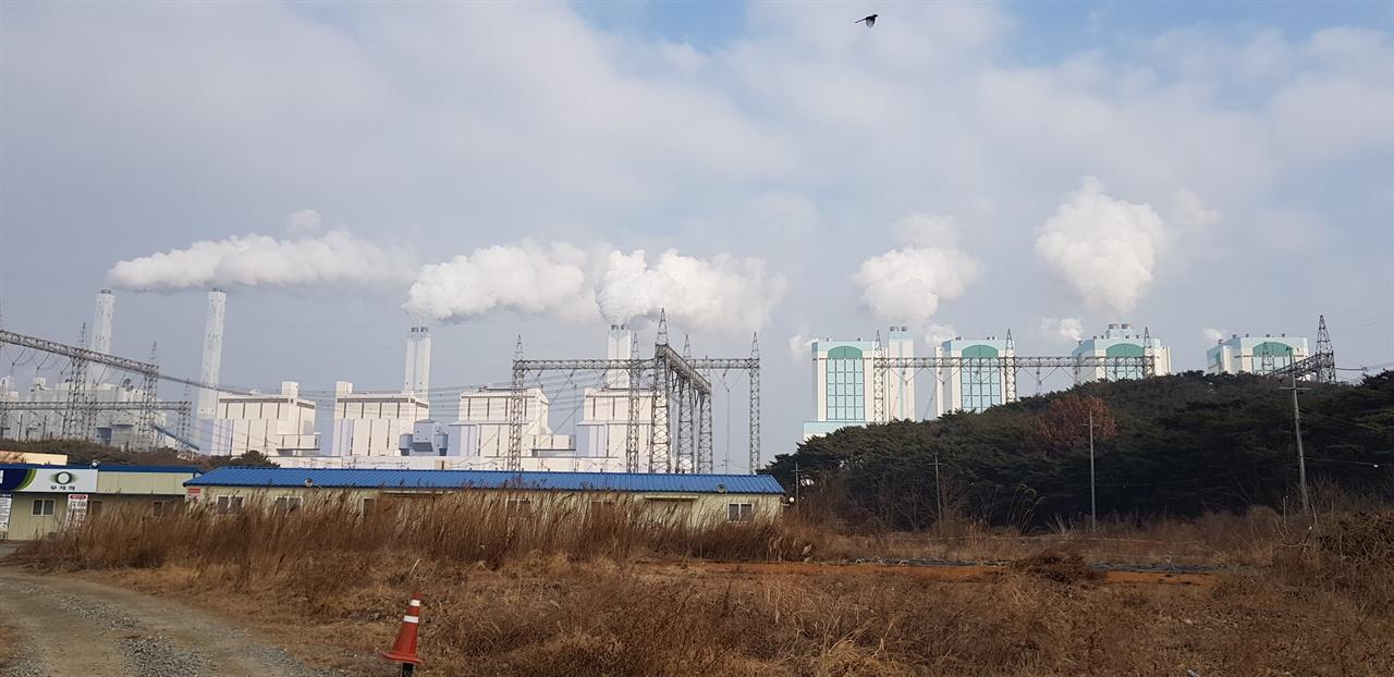당진화력 발전소 전경 당진화력 발전소의 1~4호기 성능개선 사업이 결국 수명연장으로 이어지는 것 아니냐는 강한 의혹을 받고 있다.