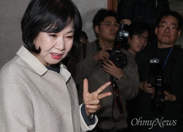 """질문받는 손혜원 의원 전남 목포 부동산 투기 의혹을 받는 손혜원 더불어민주당 의원이 20일 오전 국회 정론관에서 기자회견을 열어 """"당적 내려놓고 문체위도 떠나있겠다""""는 입장을 밝힌뒤 기자들의 질문을 받고 있다."""