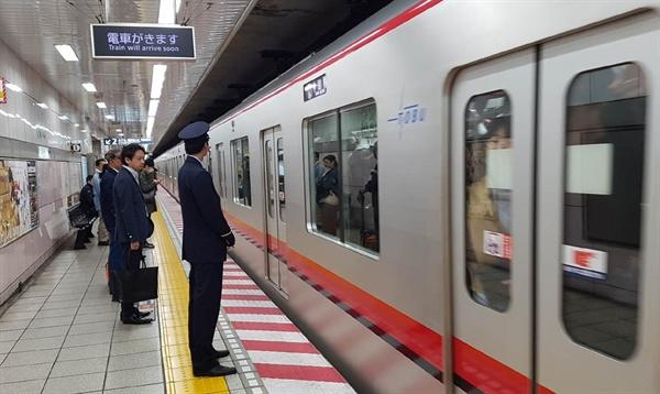 도쿄지하철 승강장 모습. 우리보다 요금이 3배쯤 비싸다.