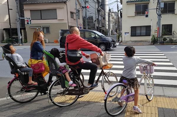 자전거를 타고 동네산책 나온 일가족. 일본인들은 참 자전거 타기를 좋아한다.