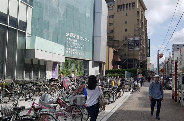 도쿄 타이토구 구립도서관 앞에 주민들이 타고 온 자전거들이 가득 주차돼 있다.