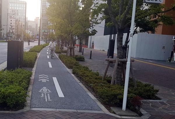 인도나 차도와 완전 분리된 도쿄 도심지의 자전거길. 물론 다 이런 건 아니다.