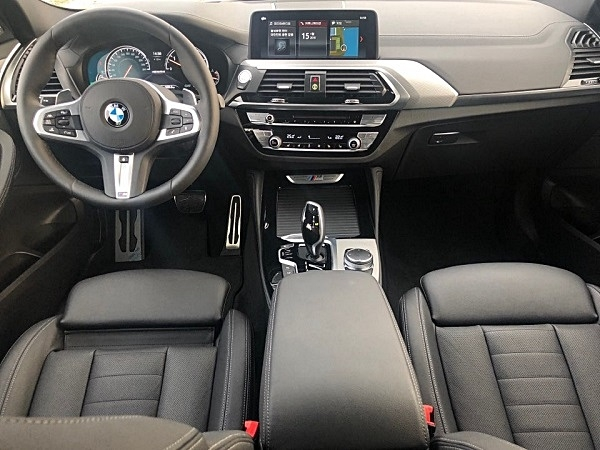 BMW의 중형 SAC, X4의 실내.