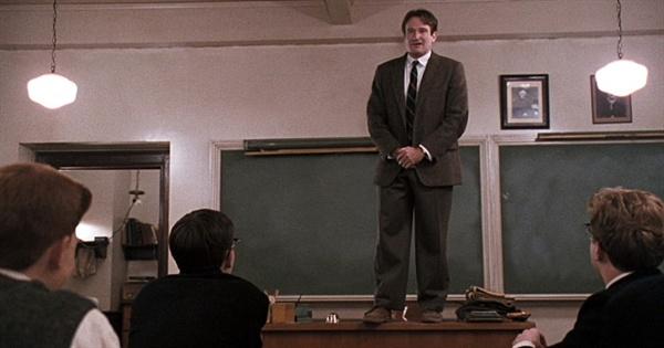 키팅 선생은 학교가 추구하는 '입시'가 아닌 학생들을 위한 '인생' 교육을 실시한다. 영화 <죽은 시인의 사회>의 한 장면.
