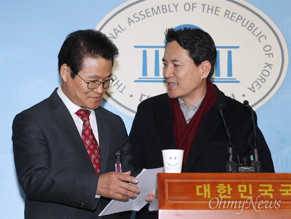 김용판 전 서울지방경찰청장이 22일 오전 국회 정론관에서 기자회견을 하고 있다. 오른쪽은 김진태 자유한국당 의원.