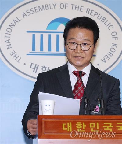 김용판 전 서울지방경찰청장이 22일 오전 국회 정론관에서 기자회견을 하고 있다.