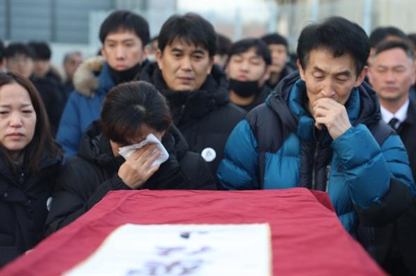 고인의 운구에 앞에서 유가족이 오열하고 있다.