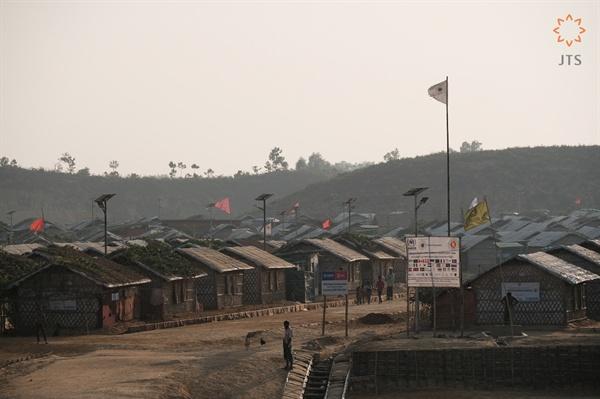 방글라데시 국경변 콕스바자르 근교에 위치한 쿠타팔롱(Kutupalong) 난민 캠프 방글라데시로 넘어온 88만 여 명의 로힝야 난민 중 63만 명이 쿠타팔롱(Kutupalong) 난민 캠프에 머물고 있다. 난민 캠프로는 현재 세계 최대 규모로 추산된다.