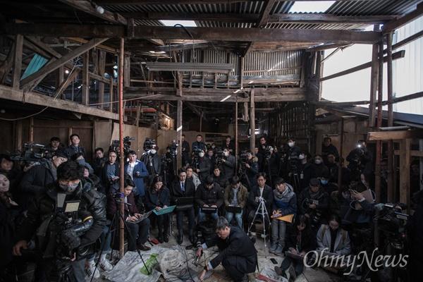 목포 원도심 투기의혹을 받고 있는 손혜원 무소속 의원이 23일 오후 전남 목포 역사문화거리 박물관 건립 희망지에서 연 기자회견에 참석한 기자들의 모습.