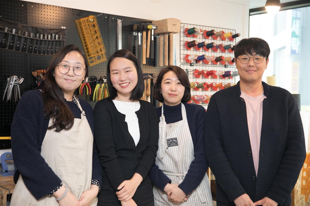 전은정 서울가죽소년단 이사장(왼쪽에서 두번째)과 조합원들