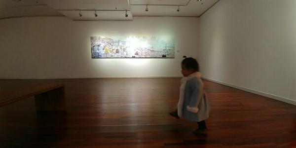 키즈카페 대신 근처 시립 미술관으로 갑니다. 덜 쓰는 여가 생활도 충분히 만족스럽습니다.