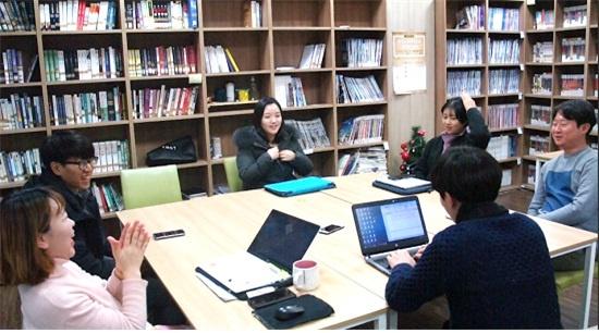 참석자들은 앞으로 더 좋은 기사를 쓰자고 다짐하며 좌담을 마쳤다. 왼쪽부터 시계방향으로 장은미, 윤종훈, 이자영, 박지영, 박진홍, 나혜인 기자.