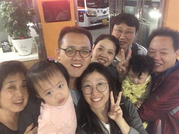 부모님, 여동생 가족과 함께 찍은 사진. 결혼 후 더욱 가까워진 가족들.