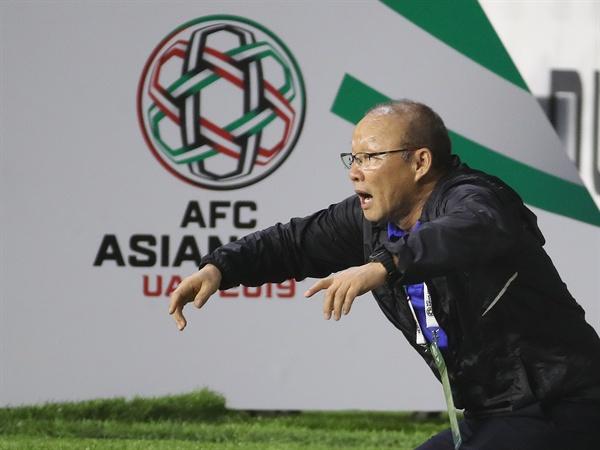 24일 오후(현지시간) 아랍에미리트 두바이 알 막툼 경기장에서 열린 2019 아시아축구연맹(AFC)아시안컵 베트남과 일본의 8강전에서 박항서 베트남 대표팀 감독이 득점 기회를 맞아 자리에서 일어나고 있다.