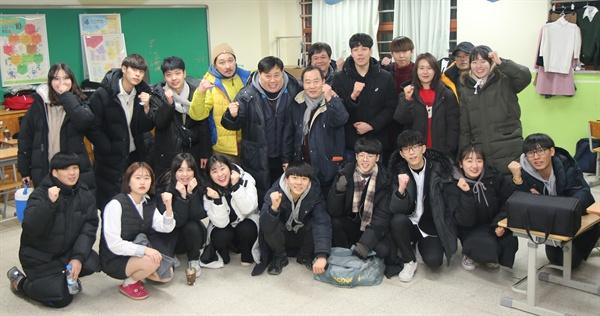 영화 <눈치게임>에제작에 참여한  전문 배우와 학생들, 중 3부터 고3까지 약 20명이 영화 제작에 참여했다.