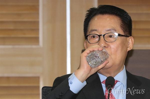 목 축이는 박지원 박지원 민주평화당 의원이 25일 오후 국회 의원회관에서 열린 '평화·통합·문화예술이 있는 박물관식 목포역사 건설 토론회'에 참석해 목을 축이고 있다.