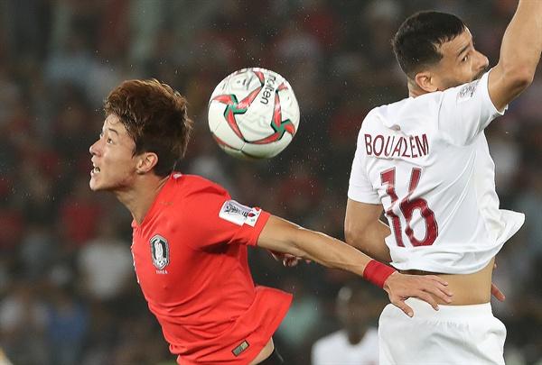 흩날리는 땀방울 25일 오후(현지시간) 아랍에미리트 아부다비 자예드 스포츠시티 스타디움에서 열린 2019 아시아축구연맹(AFC)아시안컵 8강전 한국과 카타르와의 경기에서 후반 황의조가 부알렘 코우키와 공중볼 다툼을 하고 있다.