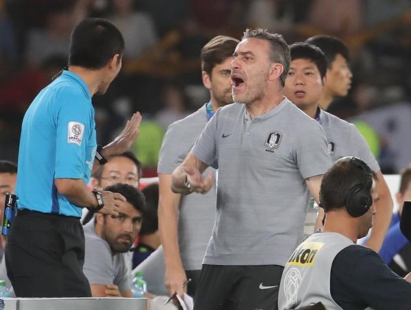 항의하는 파울루 벤투 25일 오후(현지시간) 아랍에미리트 아부다비 자예드 스포츠시티 스타디움에서 열린 2019 아시아축구연맹(AFC)아시안컵 8강전 한국과 카타르와의 경기에서 파울루 벤투 감독이 상대 반칙에 항의하고 있다.