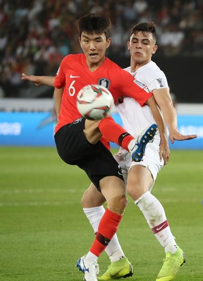 공 다툼하는 황인범 25일 오후(현지시간) 아랍에미리트 아부다비 자예드 스포츠시티 스타디움에서 열린 2019 아시아축구연맹(AFC)아시안컵 8강전 한국과 카타르와의 경기에서 후반 황인범이 공다툼을 하고 있다.