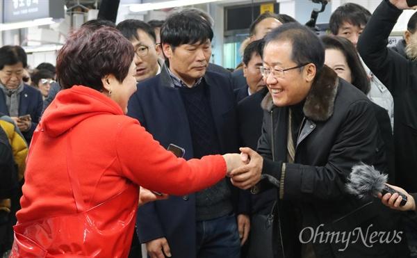 홍준표 전 자유한국당 대표가 26일 부산을 찾았다. 자신이 하고있는 인터넷 방송의 공개방송을 위해 부산을 찾은 홍 전 대표는 이날 자갈치시장이 들러 상인들을 만나고 기자간담회도 열었다.