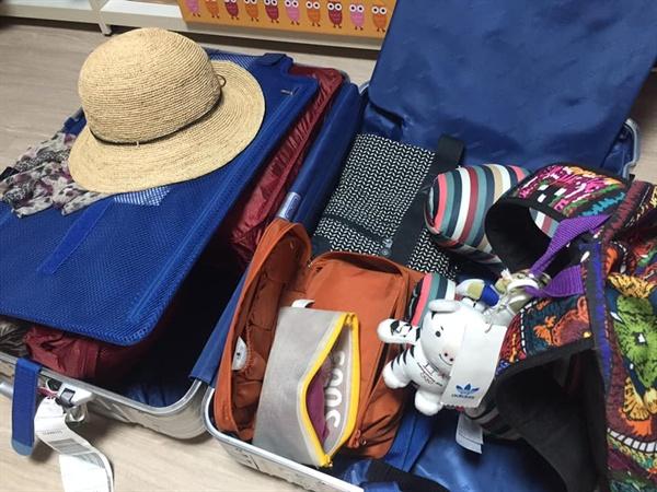 여행준비 짐을 쌌다. 유니폼, 모자, 햇빛을 가릴 목적의 스카프와 목베개까지 챙겨넣었다.