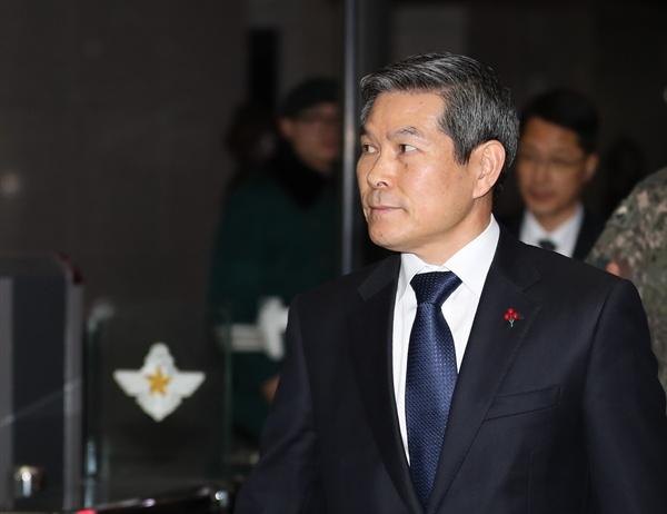 청사 나서는 정경두 장관  국방부가 주한일본무관을 초치해 일본 초계기의 근접 위협비행에 항의한 23일 정경두 국방부 장관이 서울 국방부 청사를 나서고 있다.