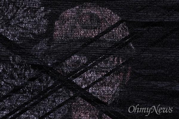 청년 비정규직 고 김용균 시민대책위와 유가족들이 27일 오후 서울 종로구 광화문 광장에서 고 김용균씨의 49재 및 6차 범국민 추모제를 개최하는 동안 김씨의 그림이 무대 뒤로 비치고 있다.