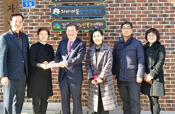 강릉시의회 최선근 의장이 28일 포남1동 자비아동복지센터를 방문해 위문품을 전달하고있다.