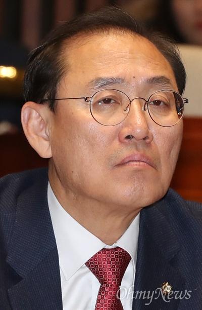 의총 참석한 정유섭 의원 자유한국당 정유섭 의원이 28일 국회에서 열린 의원총회에 참석하고 있다.