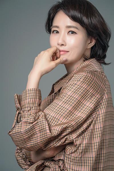 MBC <붉은 달 푸른 해>에서 아동 상담사 차우경 역을 맡은 배우 김선아.