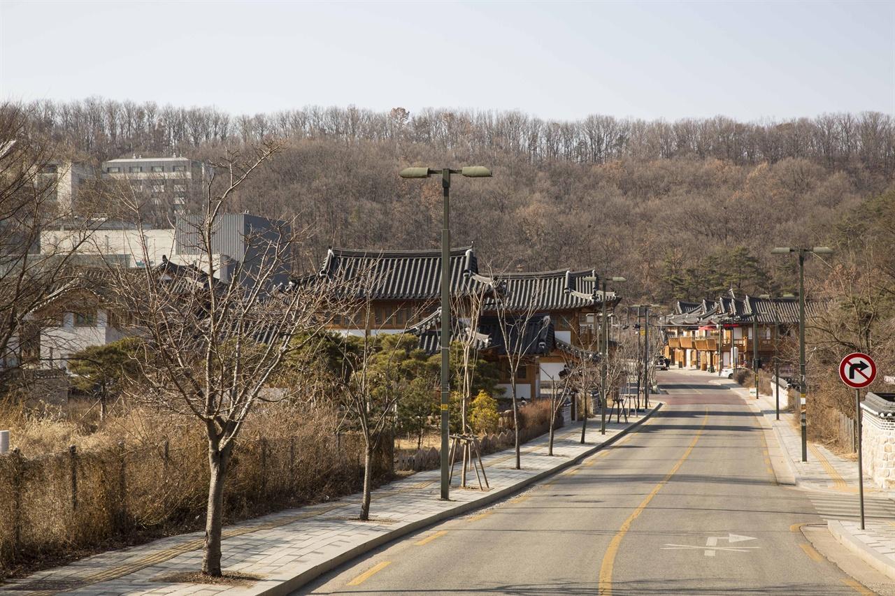 은평한옥마을 한옥문화체험특구로 지정된 은평한옥마을전경. 북한산과 어우러져 한폭의 그림같은 마을이다. 최근에는 입소문을 타면서 서울시의 새로운 명소로 떠오르고 있는 곳이다.