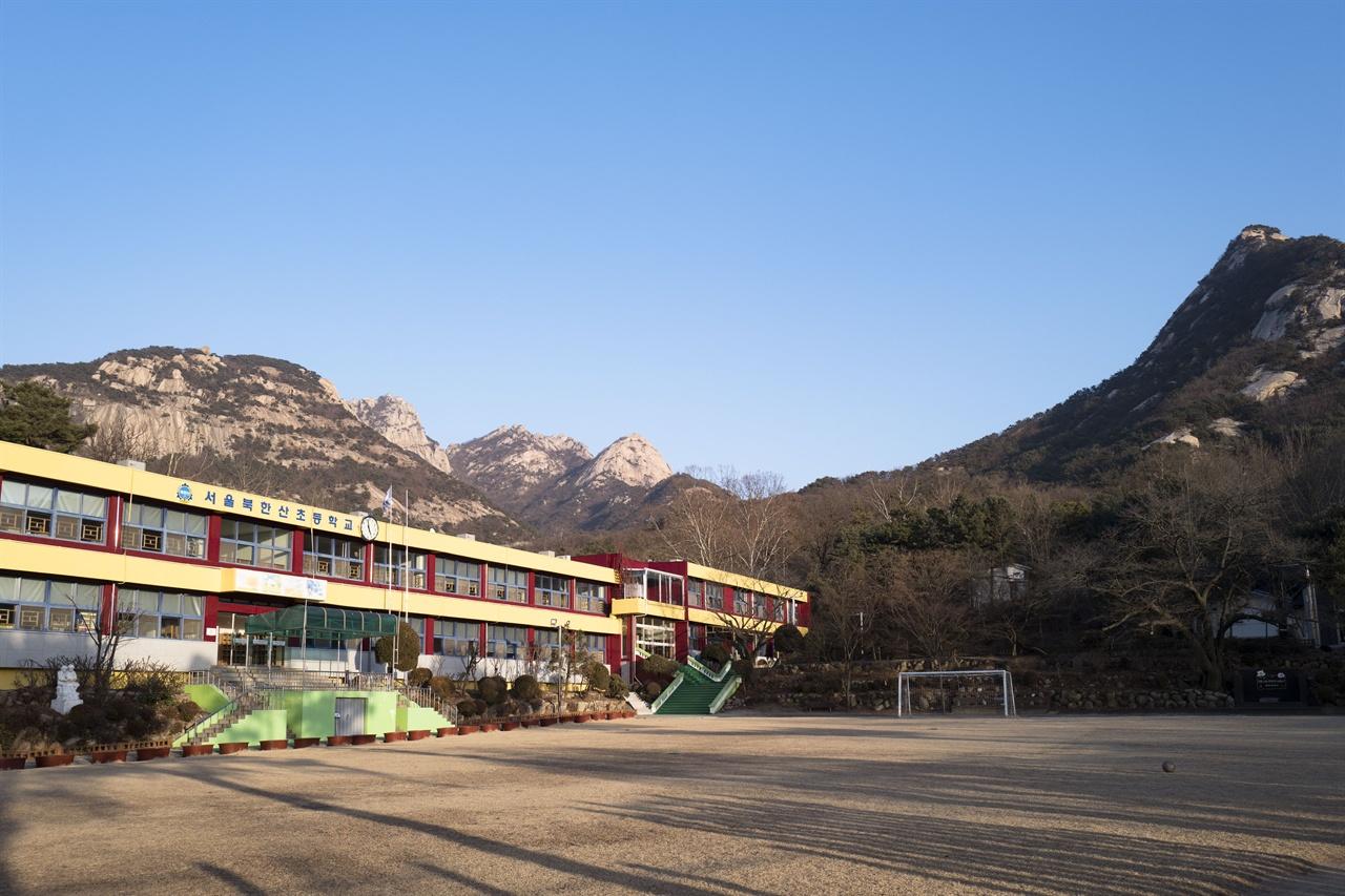 북한산 초등학교   내시묘역길에서 만난 북한산 초등학교 전경