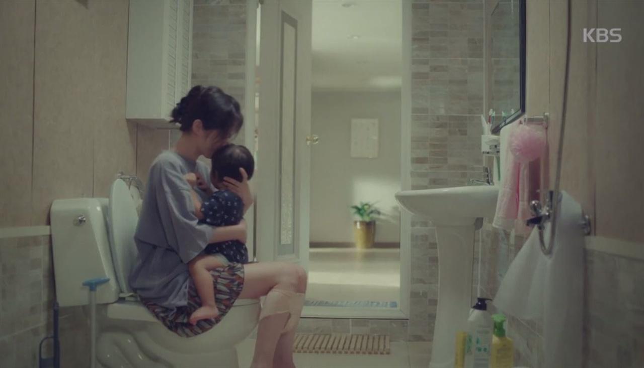 내게 정말 필요했던 것은, 24시간 내내 아기만을 위해 살 각오였다. 갓 태어난 아기는 심각하게 무능하다. 밥을 먹을 때도, 화장실에 갈 때도 언제나 아이를 안고 있어야 했다. (사진은 KBS2TV 드라마 <고백부부> 스틸컷)