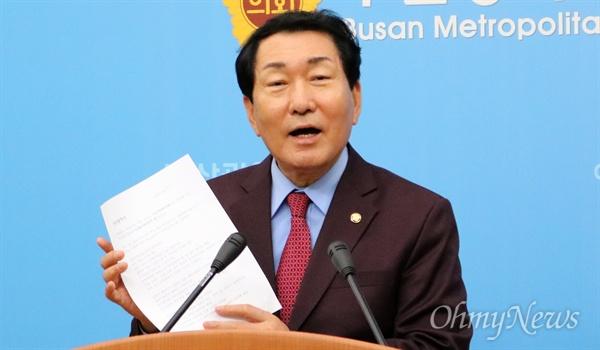 자유한국당 당대표에 출마한 안상수 의원이 29일 오후 부산 시의회 브리핑룸에서 입장을 밝히고 있다.