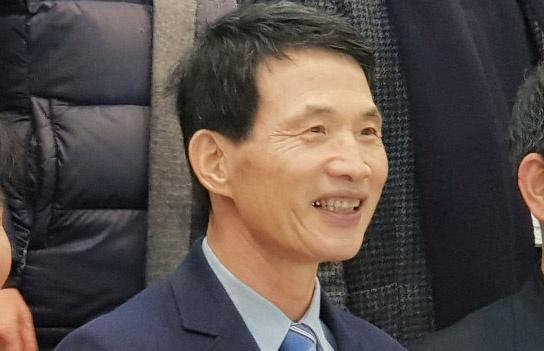 성명기(64) 이노비즈 8대 협회장. 23일 성남산업단지관리공단 이사장 선거에서 당선을 확정 후 기념사진을 찍고 있는 모습