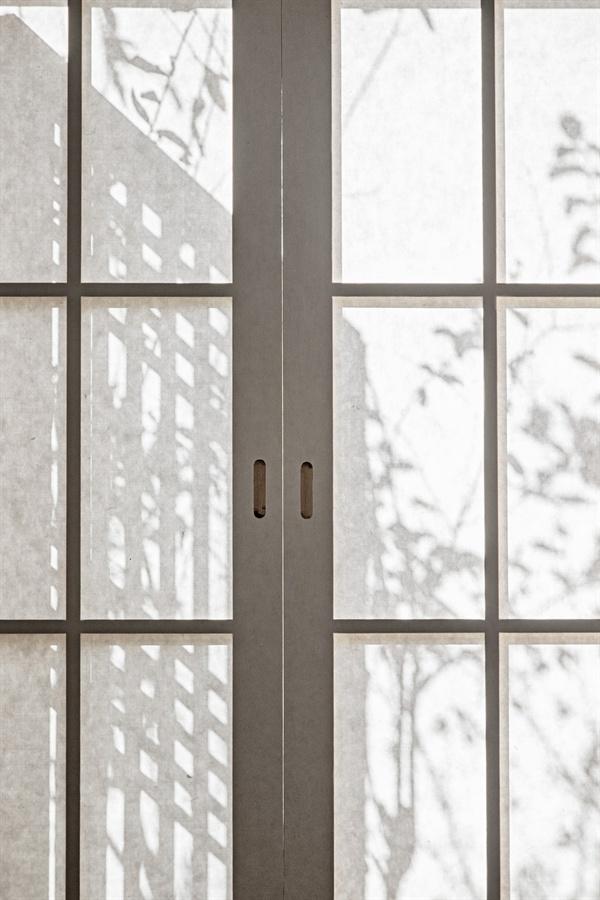 방문을 여닫을 때마다 한지 바른 문의 감촉이 손끝에 전해진다. 이제 갓 풀칠한 그때로부터 팽팽해져 어엿한 문이 되어 햇살과 추위를 막아주고 있으니 볼 때마다 대견하다.